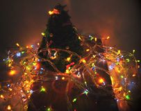 Dekor för nytt år av julgranen och ljusa kulor arkivfoton
