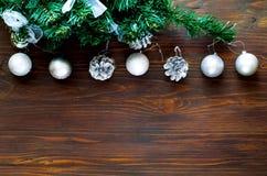 Dekor för ` s för jul och för nytt år Det dekorativa gran-trädet med silvergarnering och festlig briljant silver klumpa ihop sig  royaltyfri bild