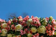 Dekor für einen runden Heiratsbogen von den Niederlassungen verziert mit Blumen stockbilder