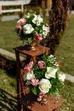 Dekor für einen runden Heiratsbogen von den Niederlassungen verziert mit Blumen lizenzfreies stockbild
