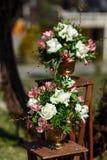 Dekor für einen runden Heiratsbogen von den Niederlassungen verziert mit Blumen stockfotografie