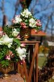 Dekor für einen runden Heiratsbogen von den Niederlassungen verziert mit Blumen lizenzfreie stockfotos