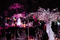 Dekor med stearinljus och lampor för företags händelse eller galamiddag arkivfoto
