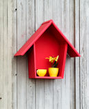 Dekor - rotes Haus und gelbe Schale lizenzfreie stockfotografie
