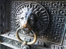 Dekor von alten Türen im Freien von Köln-Kathedrale Lizenzfreie Stockfotos