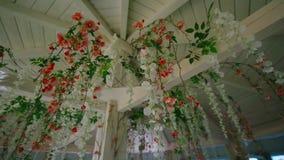 Dekor von künstlichen Blumen für die Verzierung von Cafés stock footage