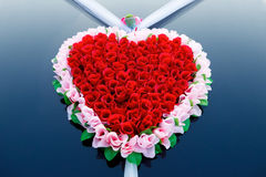 Dekoracja ślubny samochód jako serce czerwone róże Obrazy Stock