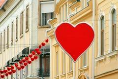 Dekoracja centrum miasta w wigilię walentynki ` s dnia Zdjęcie Stock