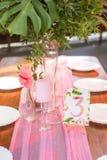 Dekoracja dla ślubnej ceremonii na podwórzu z stołami, pl Zdjęcia Royalty Free