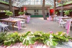 Dekoracja dla ślubnej ceremonii na podwórzu z stołami, pl Zdjęcia Stock