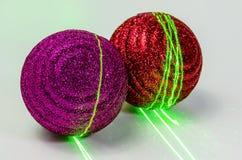 Dekoracja dla nowego roku wakacje wśród barwionych świateł, barwione piłki obraz stock