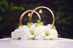 Dekoracja na samochodzie - obrączki ślubne obraz royalty free
