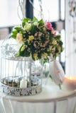 Kwieciści przygotowania i dekoracje dla poślubiać fotografia royalty free