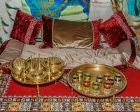 Dekoracja pokój z tableware, szkła, poduszki, dywan Orientalny wnętrza dekorować Zdjęcie Stock