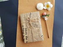 Dekoracja prezenta opakunek z brown rzemiosło papierowym i drewnianym ołówkiem zdjęcie stock