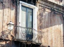 Dekoracja stiuk balkon w starym barokowym budynku w Catania, tradycyjna architektura Sicily, W?ochy obrazy stock