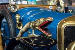 Dekoracja w postaci węża ` s głowy na roczniku samochodowy Delage B1 Tourer, 1915 Zdjęcia Stock