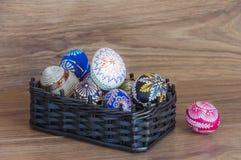 Dekoracja - Wielkanocni kolorów jajka w koszu obrazy royalty free