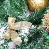 Dekoracja złoty kłąb na nowy rok gałąź obraz stock