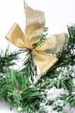 Dekoracja złoty kłąb na nowy rok gałąź fotografia stock