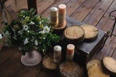 Dekoracja z świeczkami i kwiatami na ciemnym drewnianym tle obrazy stock