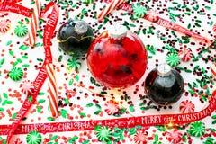 Dekoracja z czerwony fluid wypełniającymi bożymi narodzeniami ornamentuje piłkę i dwa zielenieją wypełniać ornament piłki otaczać zdjęcia stock