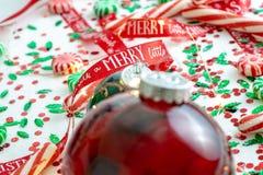 Dekoracja z czerwony fluid wypełniającymi bożymi narodzeniami ornamentuje piłkę i dwa zielenieją wypełniać ornament piłki otaczać obrazy royalty free
