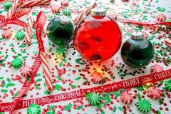 Dekoracja z czerwony fluid wypełniającymi bożymi narodzeniami ornamentuje piłkę i dwa zielenieją wypełniać ornament piłki otaczać fotografia stock