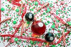 Dekoracja z czerwony fluid wypełniającymi bożymi narodzeniami ornamentuje piłkę i dwa zielenieją wypełniać ornament piłki otaczać obrazy stock