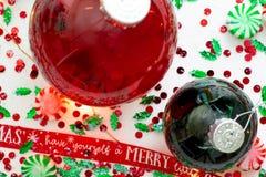 Dekoracja z czerwony fluid wypełniającymi bożymi narodzeniami ornamentuje piłkę i dwa zielenieją wypełniać ornament piłki otaczać obraz royalty free