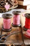Dekoracja z drewnianymi cewami i czerwonymi faborkami Obrazy Royalty Free