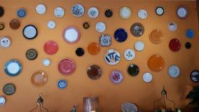 Dekoracja z kolorów handmade talerzami Fotografia Royalty Free