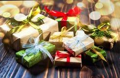 dekoracje świąteczne ekologicznego drewna Drewniany tło i stół Prezenty i baubles obrazy stock