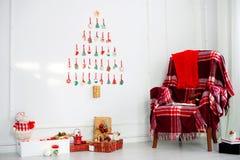 dekoracje świąteczne ekologicznego drewna wygodny karło z dywanikiem, prezenty, choinka, Bożenarodzeniowi ciastka kłaść out na bi Fotografia Stock