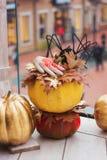 Dekoracje dla Halloween Krwista ręka i czarny pająk na ora zdjęcia royalty free