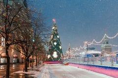 Dekoracje dla nowego roku i wakacji Bożenarodzeniowe piłki na gałąź blisko St basilu ` s katedra na placu czerwonym wewnątrz Fotografia Royalty Free