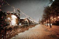 Dekoracje dla nowego roku i wakacji Bożenarodzeniowe piłki na gałąź blisko St basilu ` s katedra na placu czerwonym wewnątrz Zdjęcia Stock