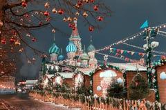 Dekoracje dla nowego roku i wakacji Bożenarodzeniowe piłki na gałąź blisko St basilu ` s katedra na placu czerwonym wewnątrz Zdjęcia Royalty Free