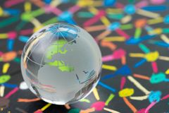 Dekoracji szklana kula ziemska z Europa mapą na blackboard kolorowa złączona kropka jako pieniężna i ekonomia sieć używać jako eu zdjęcie stock