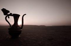 Dekoracyjna Arabska waza i dzbanek obrazujący przy zmierzchem Zdjęcia Royalty Free