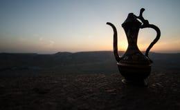 Dekoracyjna Arabska waza i dzbanek obrazujący przy zmierzchem Zdjęcie Stock
