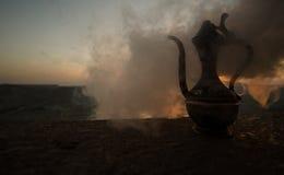 Dekoracyjna Arabska waza i dzbanek obrazujący przy zmierzchem Fotografia Royalty Free