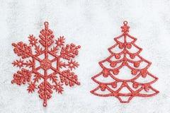 Dekoracyjna czerwona Choinka i płatek śniegu. Obrazy Stock