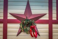 Dekoracyjna Czerwona wakacje gwiazda z małym wiankiem Obraz Stock