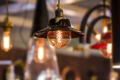 Dekoracyjna Edison żarówka w Retro projekta sufitu rożka lampie Oryginalny rocznika projekt obraz stock