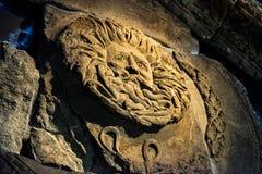 Dekoracyjna głowa od świątynnego pediment przy rzymianów skąpaniami, skąpanie, Anglia Fotografia Stock