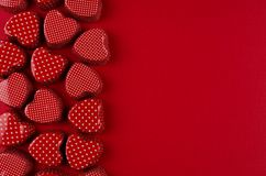 Dekoracyjna granica czerwoni serca na pasyjnym czerwień papieru tle Walentynki tło obraz royalty free