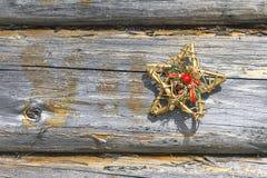 Dekoracyjna gwiazda i drewniana ściana Obrazy Royalty Free