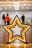 Dekoracyjna gwiazda robić drewno z DOWODZONYM backlight na podłoga Fotografia Stock