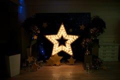 Dekoracyjna gwiazda z lampami na tle ściana Nowożytny grung Obrazy Stock